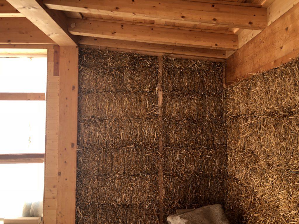 casa sole, una casa naturale di paglia. vista di una parete prima ancora di essere intonacata.